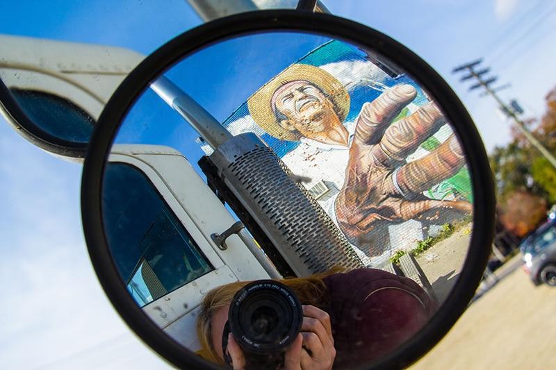 photographe se photographiant à travers en retroviseur