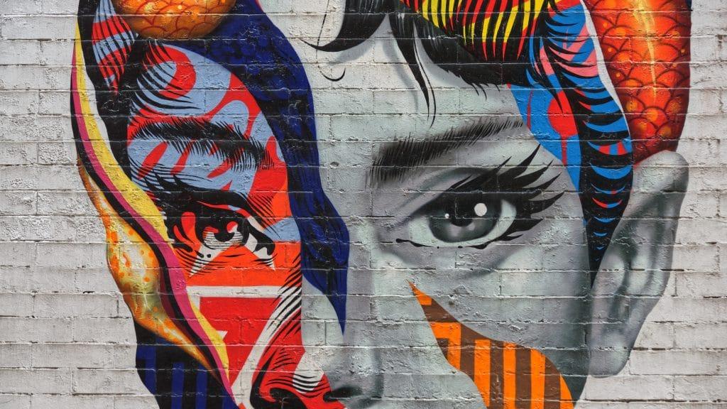 portrait street art d'une femme multicolore