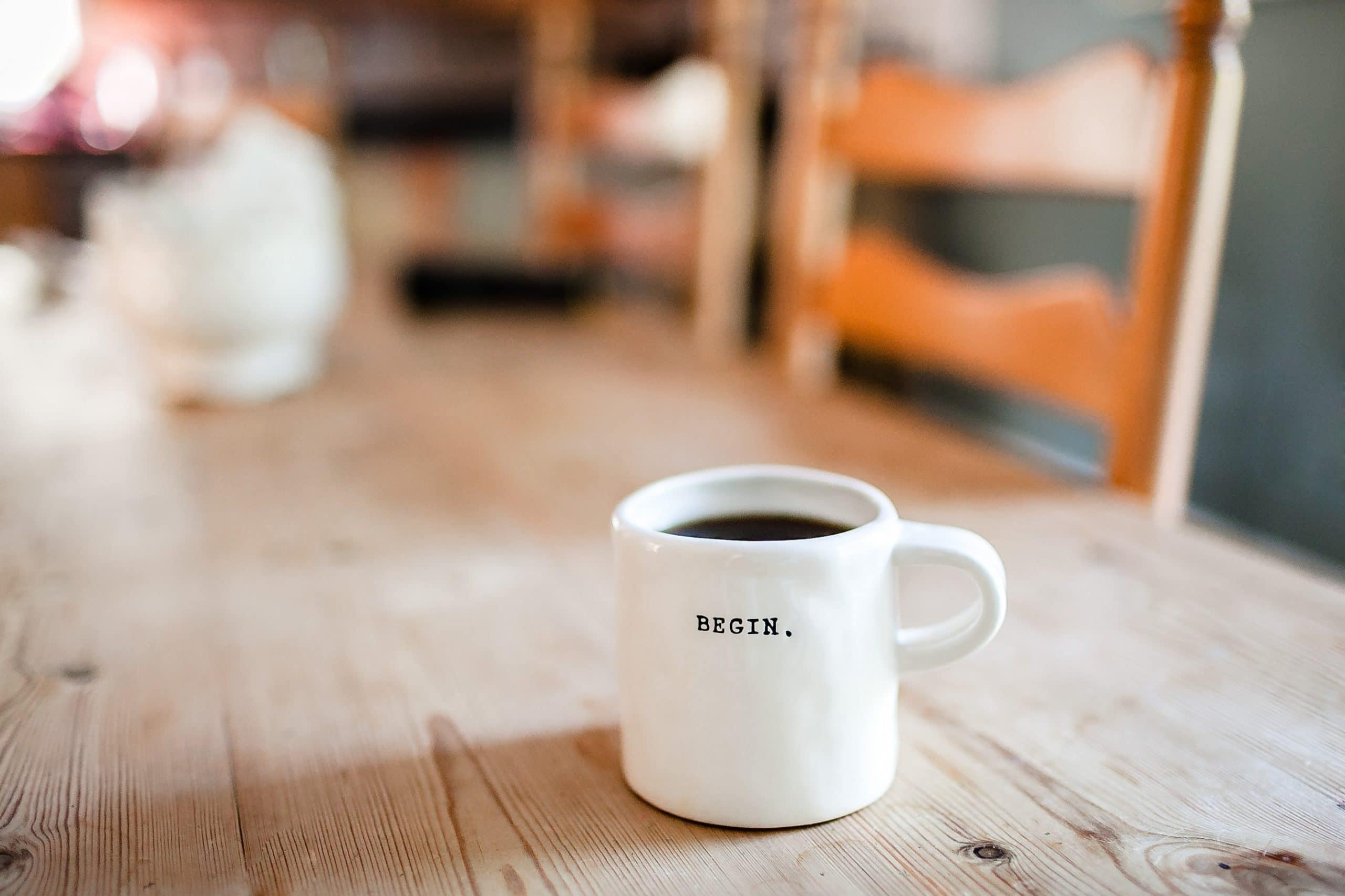 "tasse blanche avec inscription ""begin"""